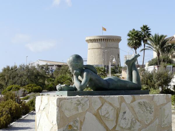 Niña Leyendo Voramar de Les Escultures