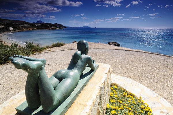 Escultura de la Niña Leyendo en Voramar de les escultures