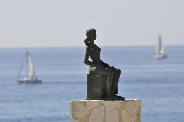 Escultura de la Bañista en Voramar de les escultures
