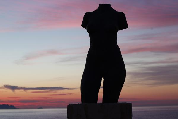 Escultura de El Torso en Voramar de les escultures